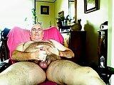 Silver Daddy ursão no sofá esperando gozar