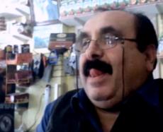 Velho do bigode lindo olhando pro meu pau