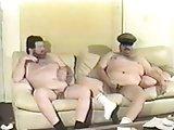 Dois Maduros Gordinhos Fudendo no Sofá