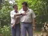 Dois Machos Peludos Fudendo na Floresta