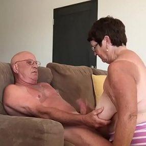 Velho Bissexual Come Bundinha de Novinha