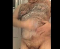 Maduro Peludão Tomando Banho e Lavando a Pica