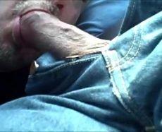 Punheta no Taxista Gay Faz ele Gozar no Carro