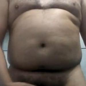 Moreno Gordo Batendo uma no Banheiro