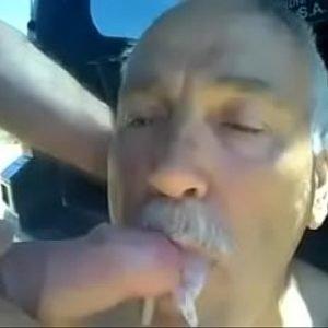 Barbeiro Maduro de Bigode Fode com Cliente