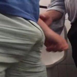 Machos Putos Transando no Banheiro Publico