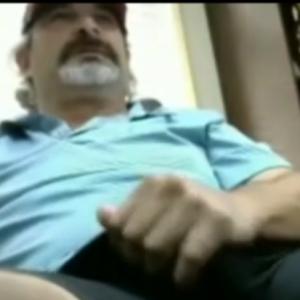 Tio Paulo Se Tocando na Quarto