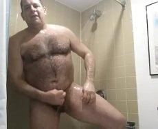 Peito Peludo de Urso Tomando e Tocando no Banho