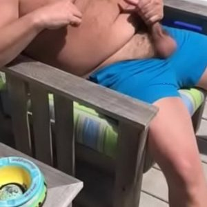 Urso Gay Brasileiro Batendo Punheta na Piscina
