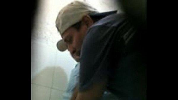 Suruba Entre Maduros Gozando na Bunda do Novinho