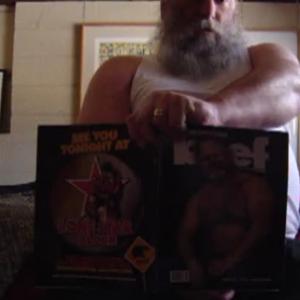 Barbudo macho gozando vendo revista