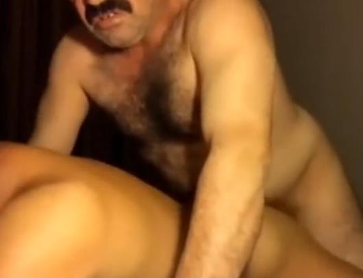 Fodendo com tio o gostosão tarado na cama