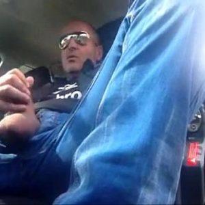 Maduro sacudo batendo punheta no carro