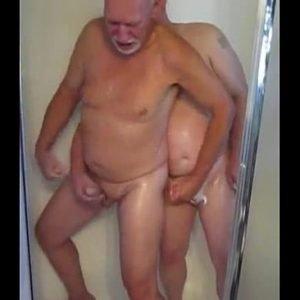 Maduros se pegando no banho com outro macho