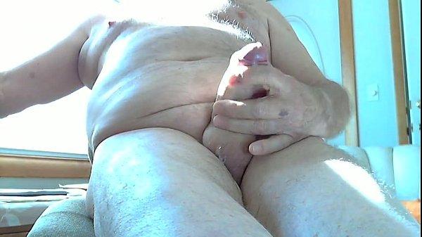 Gostoso e lindo esse maduro dotado gozando na mão batendo punheta