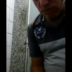 Sexo Oral com Maduro gay na barraca