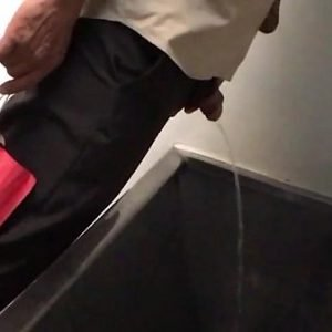 Vendo maduro velho mijando no WC da rodoviária