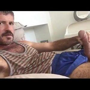Maduro rola grossa gozando na mão