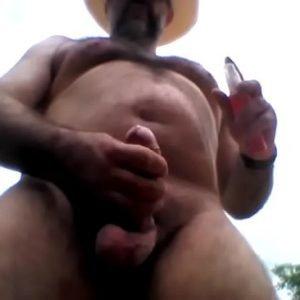 Gostoso cavalão viril se masturbando em publico