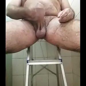 Cavalão gay excitadão no banheiro