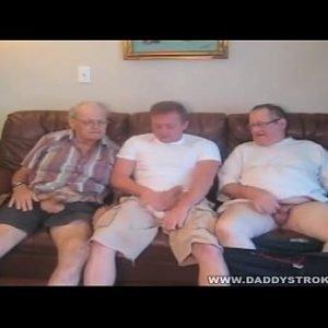 Dois Velhos e um novinho Gay sendo penetrado