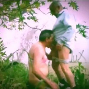 Fazendo gostoso com homem velho no jardim