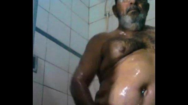 Vovô safadinho tomando banho pelado