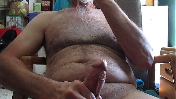 Velho safado gay peludo gozando na mão