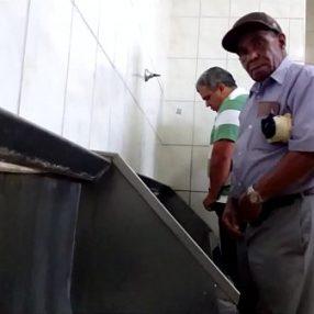 Banheirão da pegação com velhos gays