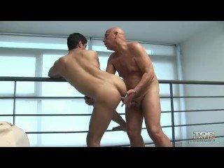 Velho gay tarado gozando na boca de novinho