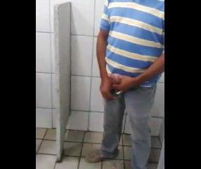 2 coroas gays batendo punheta no banheiro