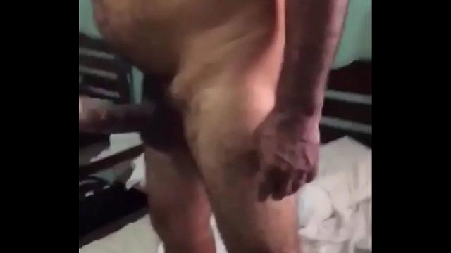 Coroa eletricista gay recebendo um extra do cliente